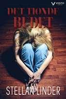 En flicka sitter ihopkrupen mot sina knän med det blonda håret svallande på sidorna