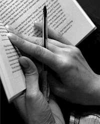 Läsares händer och bok_foto