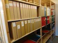 Fotot på mappar med urklipp i magasinet på Sorsele bibliotek