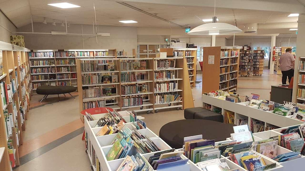 Bilderbokstråg och bokhyllor inne på barnavdelningen