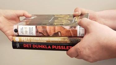 Böcker som räcks över från en hand till en annan.
