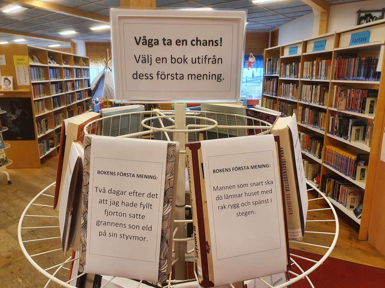 En boksnurra på Sorsele bibliotek där man bara ser böckerna första mening istället för omslagen