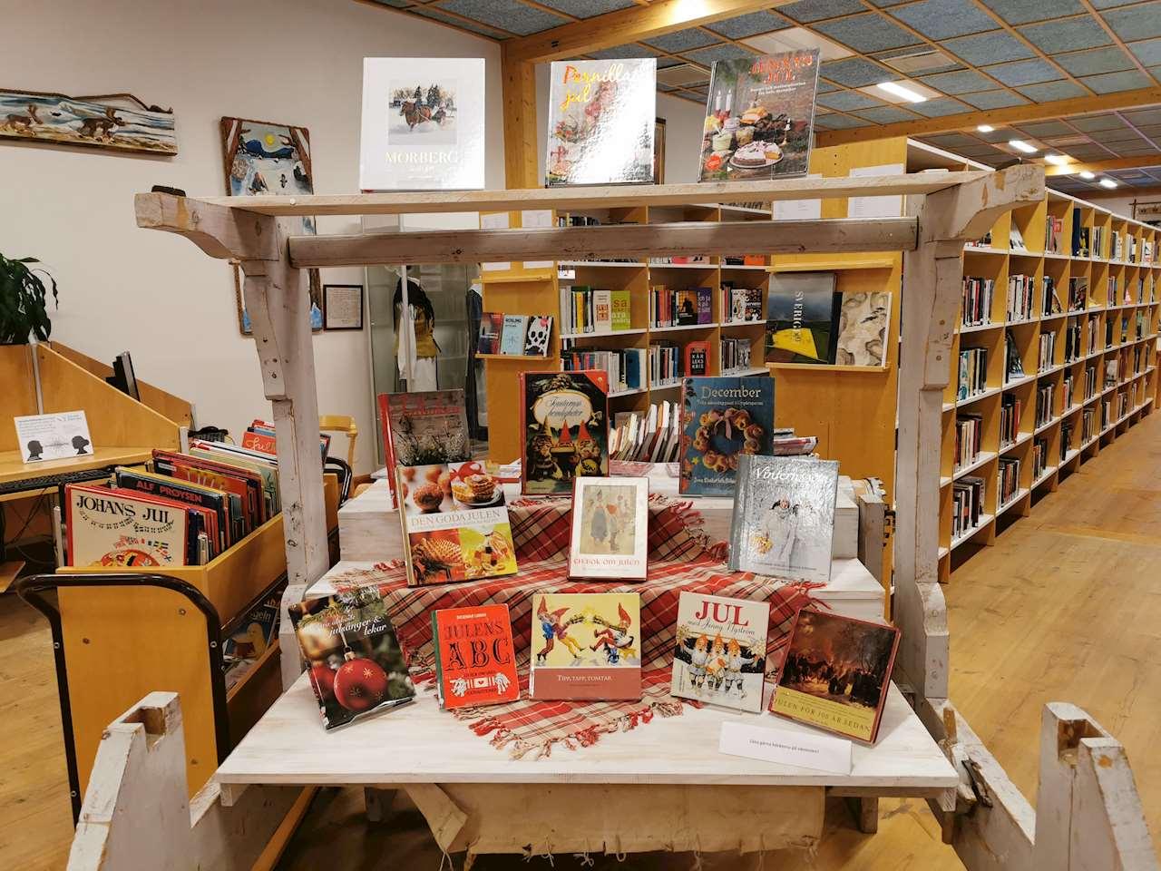 En bild på Sorsele biblioteks vävstol med julböcker