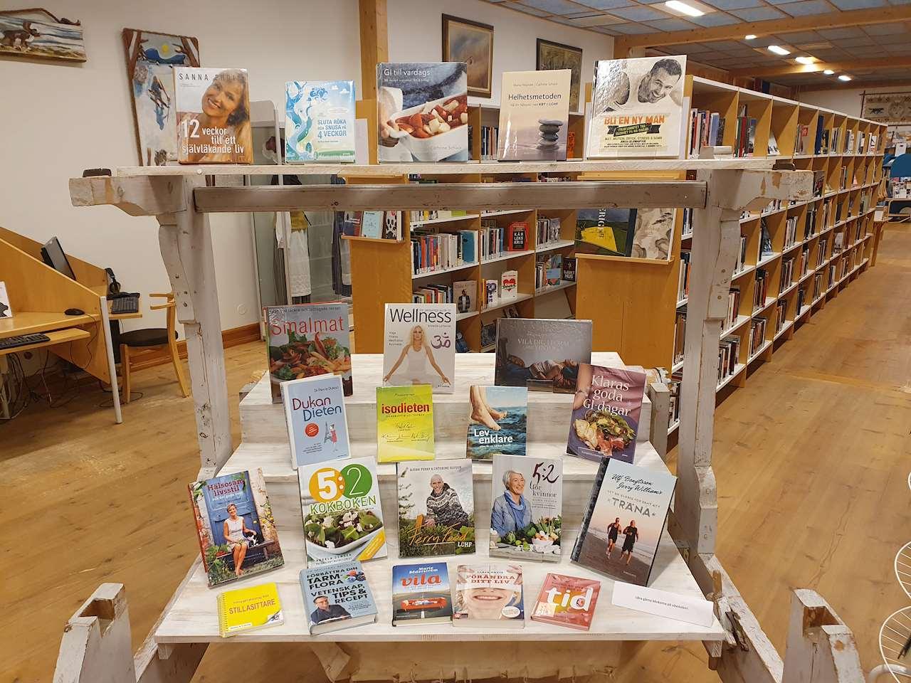 Vävstolen på Sorsele bibliotek med böcker om ny livsstil och nya vanor