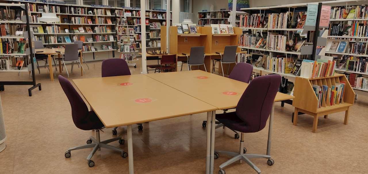 Stora gruppbordet i biblioteket på Tannbergsskolan